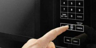 ¿Sabes por qué debes calentar el café en el microondas con una cuchara dentro?