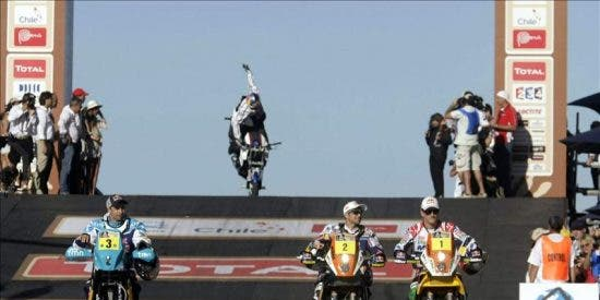 La muerte de un piloto argentino empaña el inicio del Dakar 2012