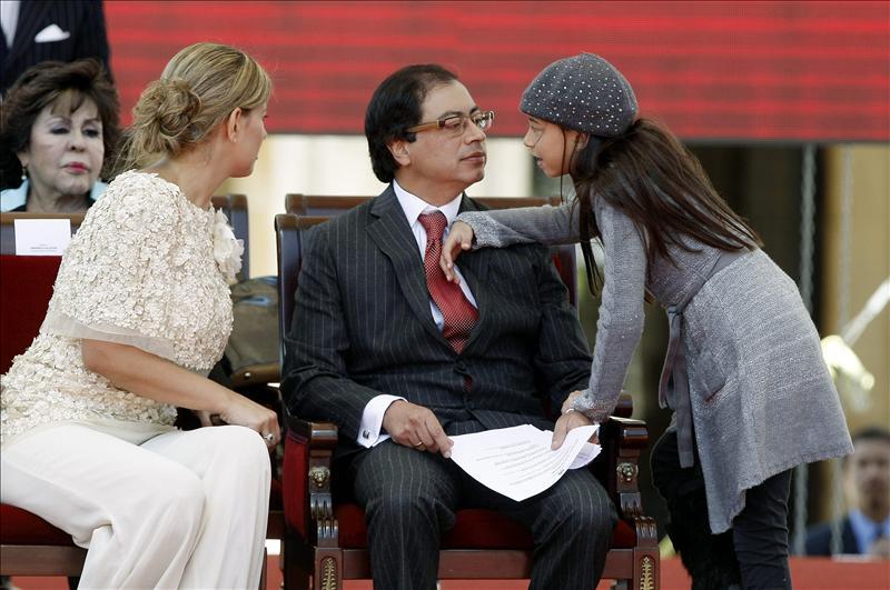 Petro anuncia al asumir la Alcaldía de Bogotá que prohibirá portar armas