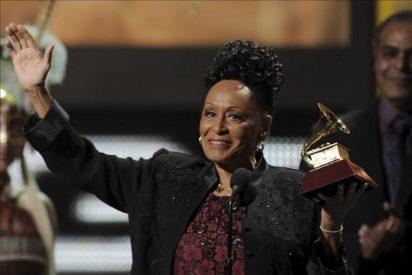 La cantante Omara Portuondo recibe el premio del Gran Teatro de la Habana de A. Alonso