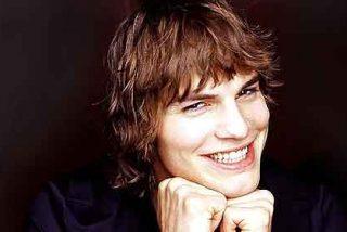 Ashton Kutcher vuelve a Los Ángeles preocupado por Demi Moore