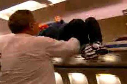 ¿Sabría cómo librarse de un niño molesto si le cae al lado en el avión?
