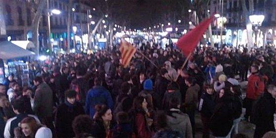 Unos 200 radicales se concentran en el centro de Barcelona para brindar por la muerte de Fraga