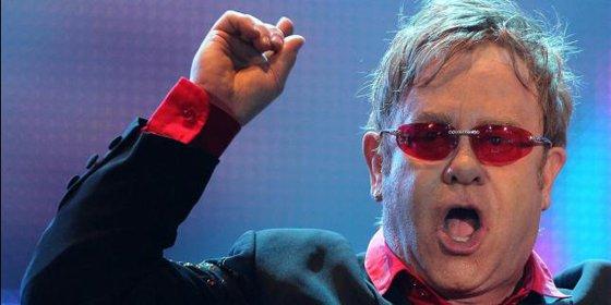 Elton John explica cómo vivió de cerca el acecho del SIDA en los 90