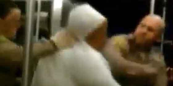 La brutal agresión de un policía a una vagabunda un poco trastornada