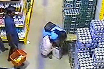 Roba en el supermercado una caja de 24 cervezas y se la lleva bajo la falda