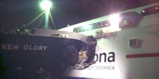Dos heridos al colisionar un carguero y un buque de pasajeros en el Estrecho