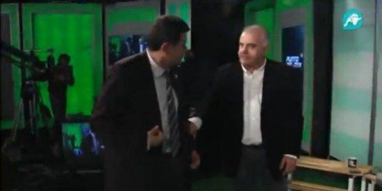 Tomás Roncero escenifica las jugadas polémicas del clásico en 'Punto Pelota'