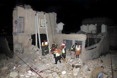 Decenas de atrapados tras derrumbarse un edificio en Pakistán