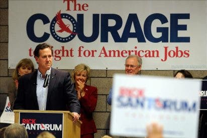 Santorum sorprende con un triplete en las primarias republicanas