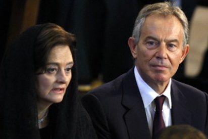 La esposa de Tony Blair demanda a News International por espionaje