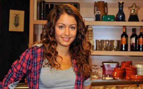 Hiba Abouk, actriz de 'Con el culo al aire' y novia de Hugo Silva, pillada sin bragas