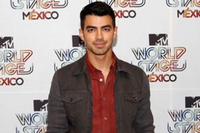 El mediano de los Jonas Brothers se atribuye otra conquista