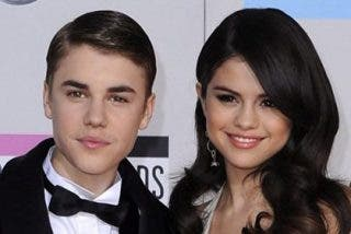 Selena Gómez luce un anillo de diamantes con la inicial de Justin Bieber