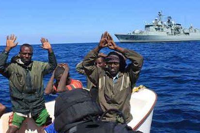 Piratas somalíes capturados por fuerzas de la OTAN.