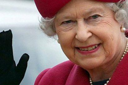 Un australiano es multado con 608 euros por enseñar el culo a Isabel II