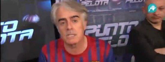 """Siro López, a regañadientes, cumple su apuesta de ponerse la camiseta de Piqué en 'Punto Pelota': """"Yo no he perdido porque el Barça pasó con trampa"""""""