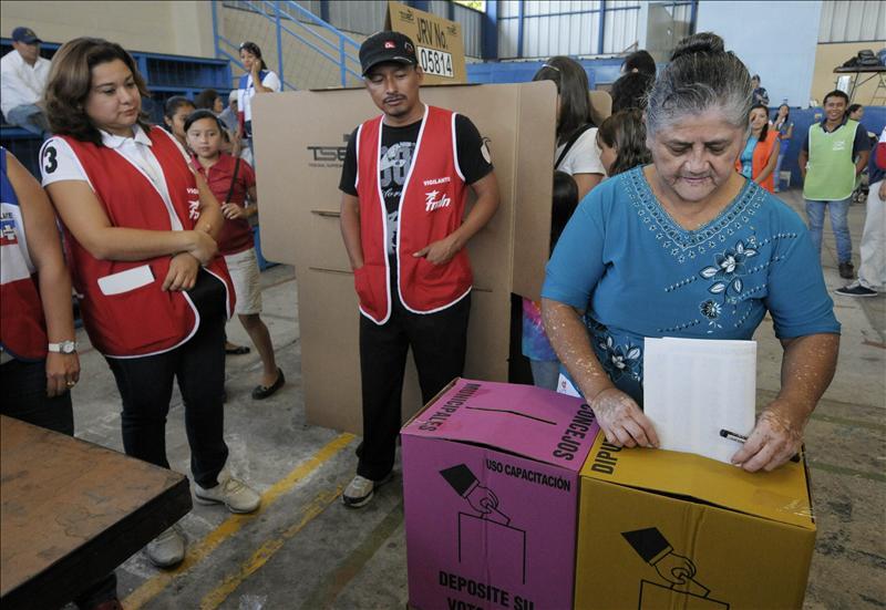 Cierran los centros de votación sin incidentes relevantes en El Salvador
