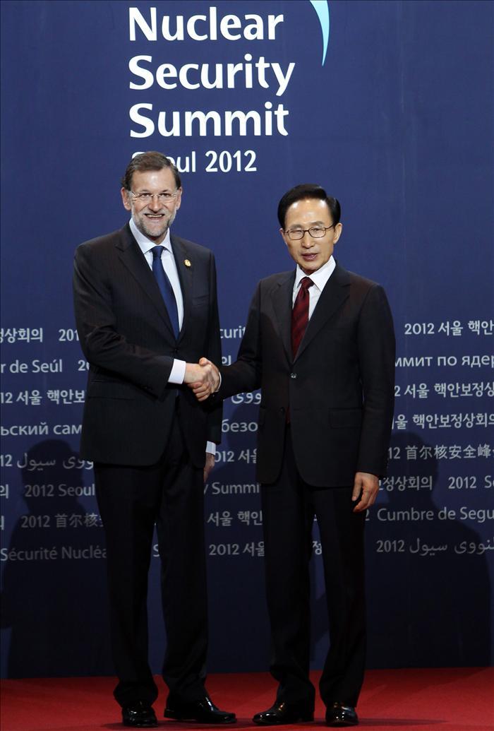 Rajoy celebra su 57 cumpleaños con una tarta del presidente surcoreano