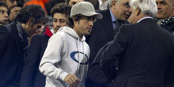 El Barça deja a un lado el protocolo del palco para atender a un merengue... Fernando Alonso