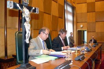 Belloch vota con el PP y mantiene el crucifijo en el salón de plenos