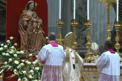 """Benedicto XVI: """"María se encuentra en oración con y en la Iglesia"""""""