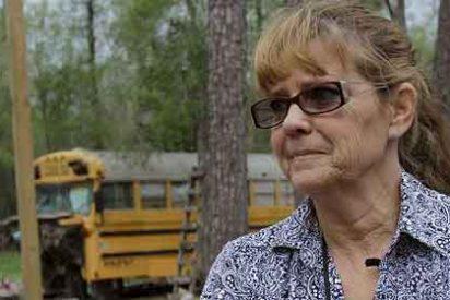 Encuentran a dos niños viviendo en un autobús abandonado en Texas