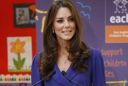Kate Middleton da un discurso con un vestido que usó su madre en 2010