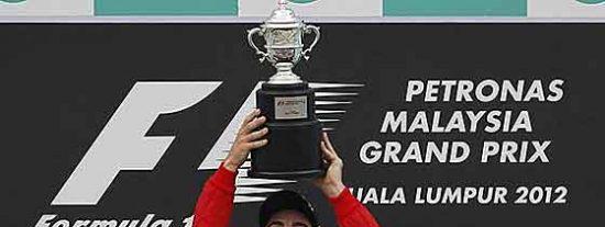 Fernando Alonso obra el milagro bajo la lluvia en Sepang