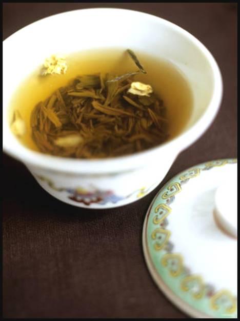 Tea time: bizcocho de té matcha, almendras y frambuesas