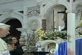 """Benedicto XVI, a los pies de la Reina de Cuba reza """"por los que están privados de libertad"""""""
