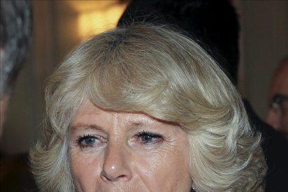 Isabel II condecora a Camilla en su séptimo aniversario de boda con Carlos