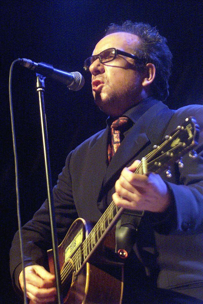 Elvis Costello gana a la ruleta a las discográficas con un CD-DVD más barato