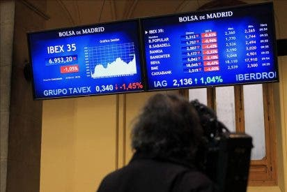 El IBEX cae el 2,06 por ciento y pierde los 6.900 puntos tras la rebaja de Standard and Poor´s
