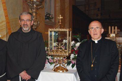 Osoro entrega en Jerusalén la réplica del Santo Cáliz