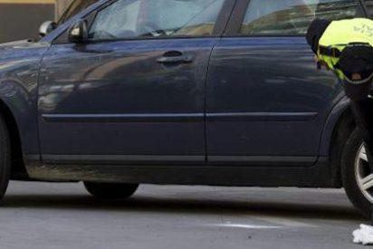 Encierra a su hijastra en el maletero del coche para que no coja varicela