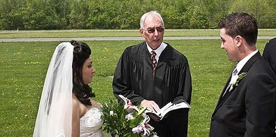 Finge un cáncer terminal para que le paguen la boda y la luna de miel