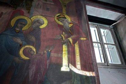 Los iconos de una iglesia de Skopje brillan solos