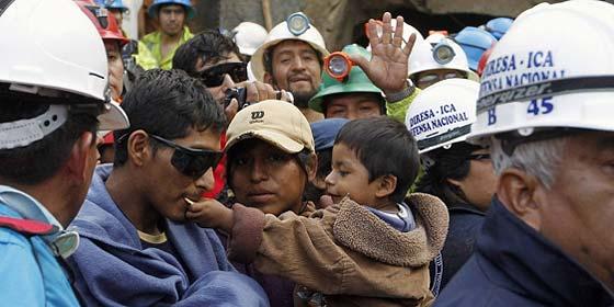 Rescatan a los nueve mineros peruanos atrapados