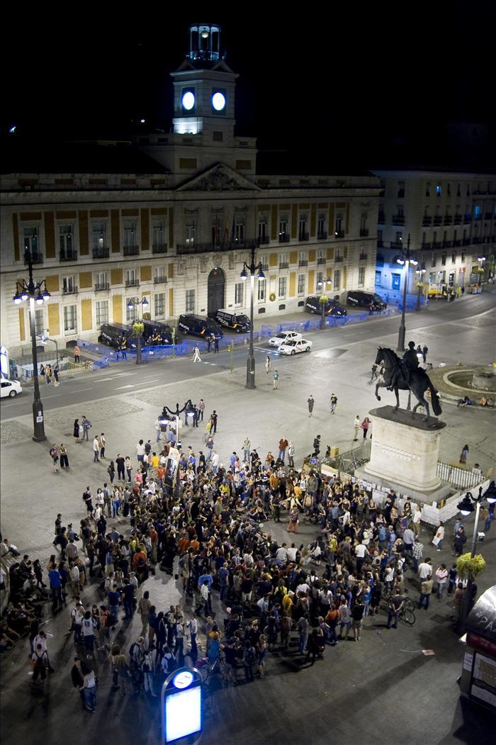 """La Policía desaloja al medio centenar de """"indignados"""" que permanecía en Sol"""