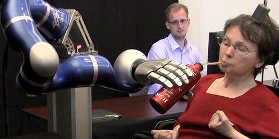 Pacientes con parálisis consiguen mover un brazo mecánico con la mente