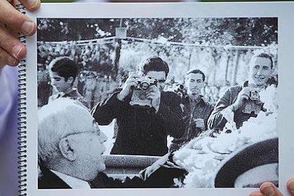 Robert Capa aparece tras Azaña y Negrín en unas fotos de la guerra