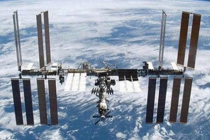 La primera nave espacial comercial llega a la estación orbital