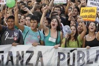 """Los estudiantes al gobierno: """"Recorten sus sueldos, no nuestro futuro"""""""