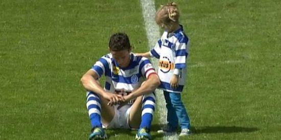 Una niña consuela a su padre futbolista tras el decenso de su equipo