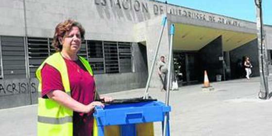 Una limpiadora devuelve 14.000 € que se encontró en el autobús