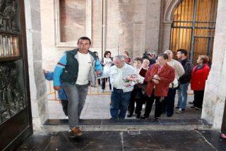 Un parado abre el besamanos de la Virgen de los Desamparados