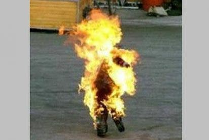 Una joven solitaria se quema a lo bonzo a la puerta de la parroquia