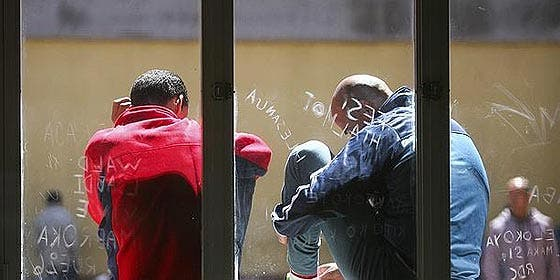 25 'sin papeles' atacan a la Policía y huyen de un centro de internamiento