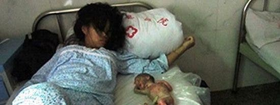 La obligan a abortar a los 7 meses de embarazo y la castigan poniendo el feto a su lado en la cama